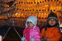 Niños disfrutando del espíritu navideño en la plaza.