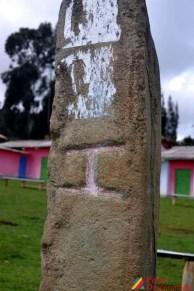Inscripción de la I en la plaza del Centro Poblado de Illauro