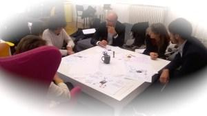La formule du World café fera tourner les participants à la soirée autour de trois tables où ils déposeront par écrit/dessin leurs idées sur les nappes. Après 15 minutes, l'équipe suivante reprendra la