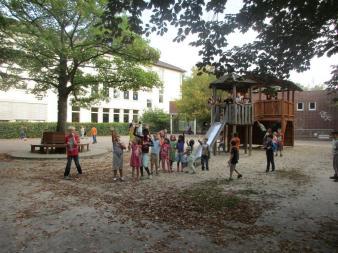 Der Schulhof mit Rutschturm und Klettergerüst