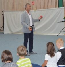6 - Ein jonglierender Schulleiter