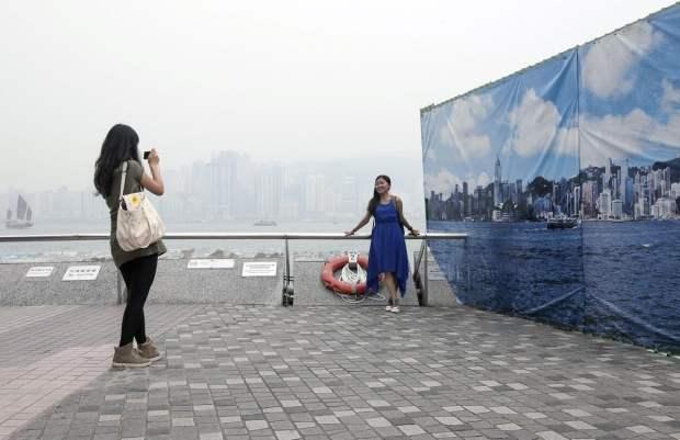 Hong Kongs Fake Skyline Banners Allow Tourists to Get Good Shots on Hazy Days hongkongskyline2