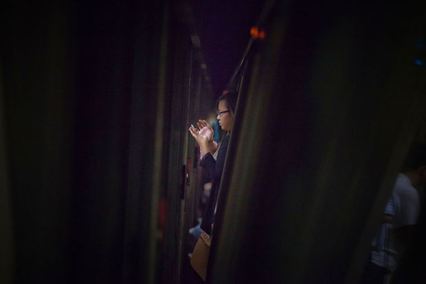 Slices of Life: Commuters Framed by the Gap Found in Subway Stations pleasemindthegap 1