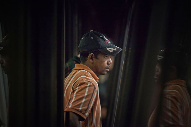 Slices of Life: Commuters Framed by the Gap Found in Subway Stations pleasemindthegap 6