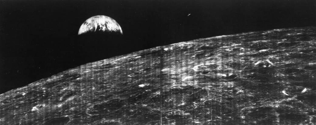 foto bumi dari bulan pertama