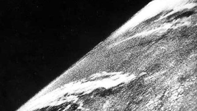 foto luar angkasa pertama