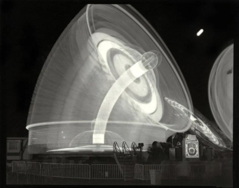 VailSuperRoundupAndMoonweb0 800x627 - Fotos sensacionais tiradas em parque de diversões utilizando longa exposição