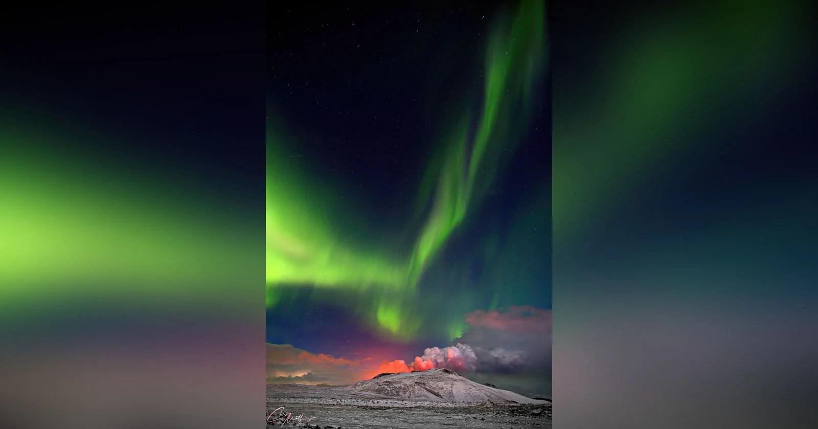 Il fotografo cattura l'aurora sul vulcano in eruzione dell'Islanda