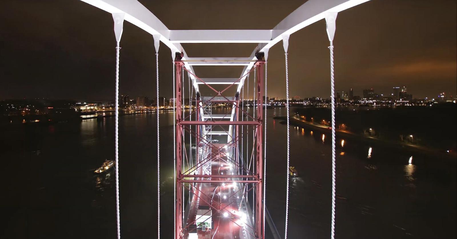 Timelapse Film mostra il viaggio di un ponte che viaggia attraverso Rotterdam