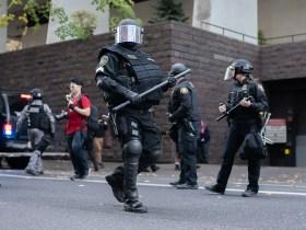 """Agente di Portland incriminato per """"forza eccessiva"""" su Photog, si dimette la squadra antisommossa"""