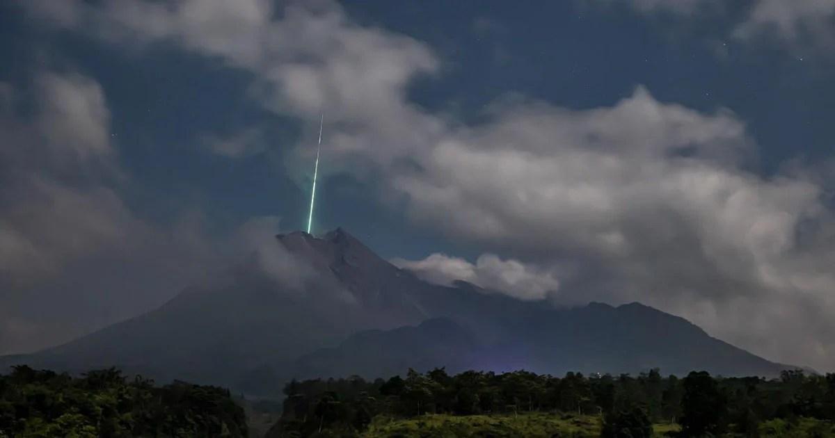 """Fotografo cattura una stella cadente che cade """"nel"""" vulcano"""