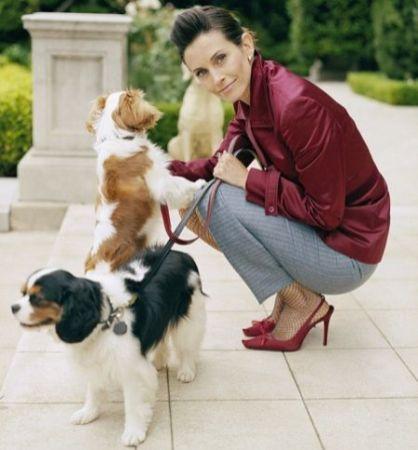Courteney Cox. Monica do Friends com um Cavalier