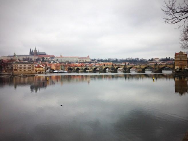 วิวของ Charles Bridge และ Prague Castle อันเลื่องชื่อ