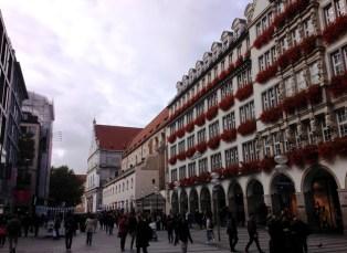 ห้างร้านข้างถนน Kaufingerstraße ที่ทอดออกมาจาก Marienplatz