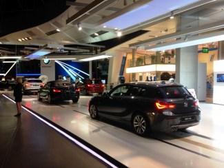 ลานแสดงรถยนต์ใน BMW World ข้างๆพิพิธภัณฑ์ BMW