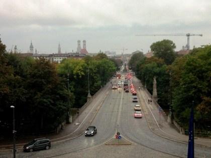 วิวของเมือง Munich จากด้านหน้าของ Maximillianeum ทางซ้ายของรูปจะเห็นยอดของโบสถ์ Frauenkirche และอาคาร Neues Rathaus