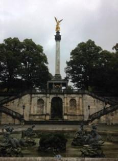 Friedensengel อนุสาวรีย์นางฟ้าแห่งสันติภาพ เป็นอนุสรณ์สถานเพื่อระลึกถึงสงครามระหว่างเยอรมนีกับฝรั่งเศสในปี ค.ศ. 1870-71