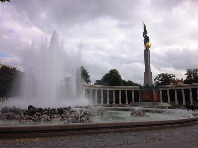 น้ำพุ Hochstrahlbrunnen กับอนุสาวรีย์ Soviet War Memorial