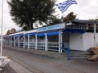 บนฝั่ง Donauinsel มีบริเวณที่เป็นร้านอาหาร ผับบาร์เล็กน้อยอยู่ตรงริมฝั่ง แต่ว่าตอนนั้นปิดหมดเลย