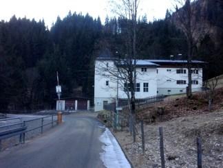 โรงไฟฟ้าเล็กๆตรงจุดเริ่มต้นทางเดินป่า