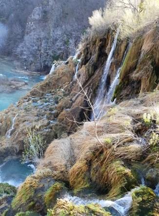 สายน้ำที่ไหลผ่านตะไคร่น้ำและพืชพรรณต่างๆลงไปยังแม่น้ำด้านล่าง