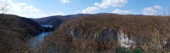 วิวของทะเลสาบและหน้าผาอีกฝั่ง จากบนหน้าผา มีแต่กิ่งไม้เปลือยๆ กิ่งไม้เต็มไปหมด
