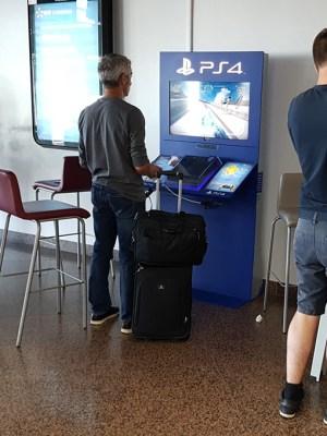 บริเวณเกตมี PS4 ให้เล่นด้วย