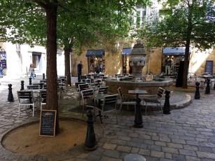 Place des Trois Ormeaux ตอนเดินผ่านตอนแรกเห็นแค่น้ำพุ ตอนนี้มีโต๊ะกินข้าวมาตั้งเต็มไปหมด