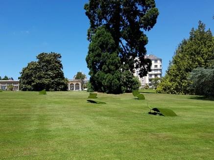มีงานศิลปะชิ้นที่มีชื่อเสียงของเมือง Rennes คือแผ่นๆหญ้าที่ยกตัวขึ้นมาจากพื้นในรูปนี่แหละ