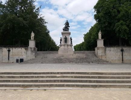 บันไดเชื่อมระหว่างที่จอดรถของผู้เยี่ยมชมปราสาท กับถนน Cours Saint-Pierre