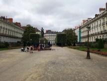 เดินเข้ามาในสวน Cours Cambronne แล้วเห็นพ่อแม่พาลูกๆมาปิกนิก เด็กๆวิ่งเล่นกันเต็มเลย เพลินมากเลยนั่งพักยาว