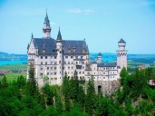 Esta fortificação foi erguida no século 19, portanto não tem nada de medieval. Mas sua inserção na paisagem é tão encantadora que o palácio se tornou o paradigma dos castelos, graças à Disney, que eternizou sua imagem nos cenários da fábula de Cinderela.