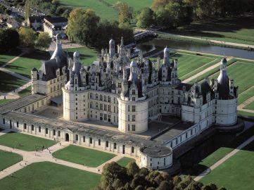 Atualmente é a mais visitada das construções do vale do Loire. Residência do rei Luís XIV, o castelo Chambord foi erguido no século 16.