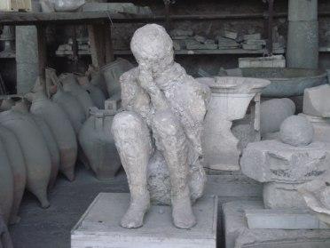 corpo-calcinado-na-posicao-que-estava-pompeia-italia