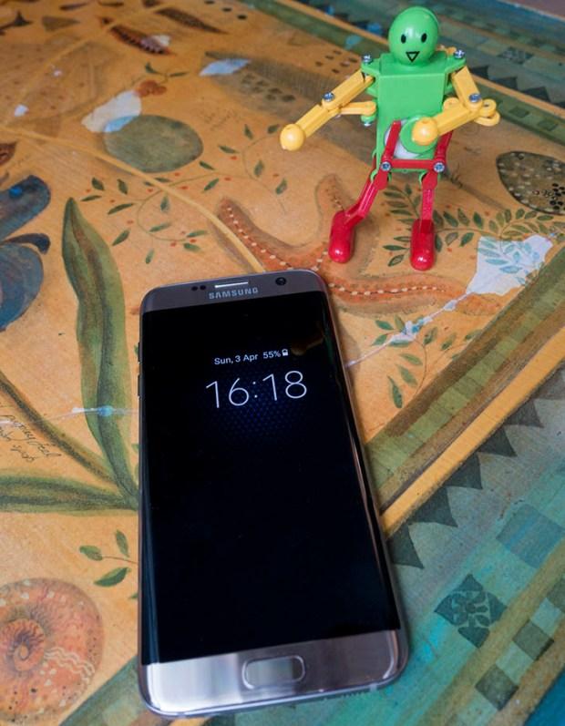 The Galaxy S7 sitting on my desk
