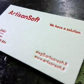 Kohopainettu käyntikortti yhdellä PMS-värillä. Paperina 600g 100% Cotton