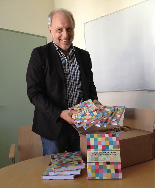 Da kommt Freude auf! Beim Auspacken der ersten Lieferung der mir und Rolf Schulmeister gewidmeten Festschrift zu Hochschuldidaktik (13.6.2013)