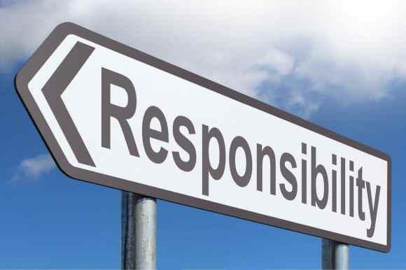 """Ein Autobahnschild, das mit dem Wort """"Responsibility"""" nach links zeigt. Es dient als Aufhänger für meinen Artikel """"Zuschauer oder Macher""""? Wieviel Verantwortung kann/soll ich übernehmen?"""