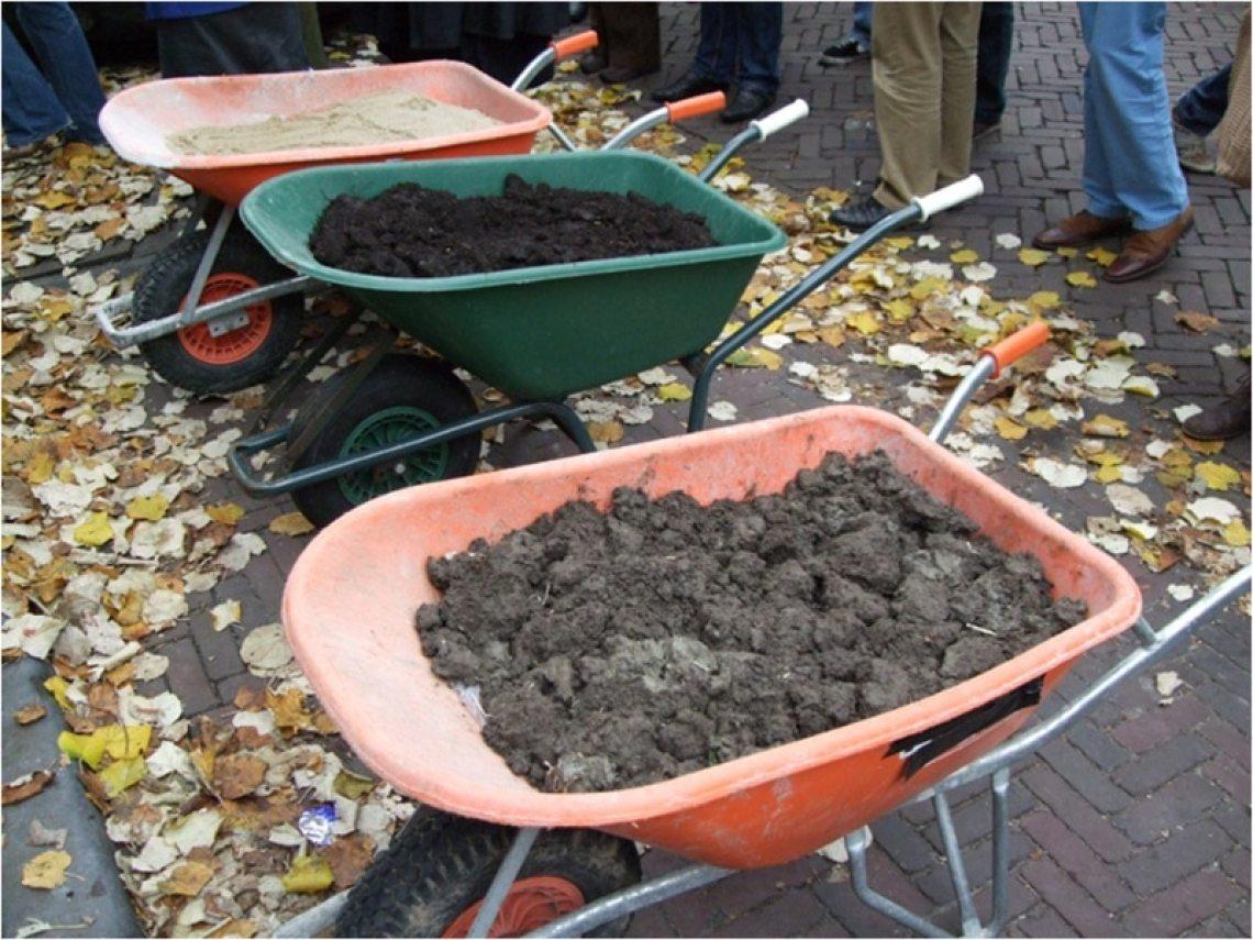 kruiwagens met grond bij de opening van Atelier Friesland