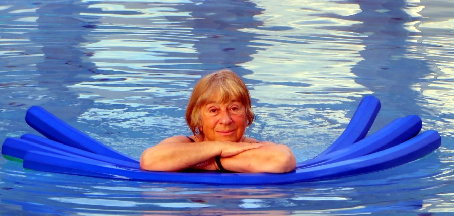 Biene Relaxing in the Pool