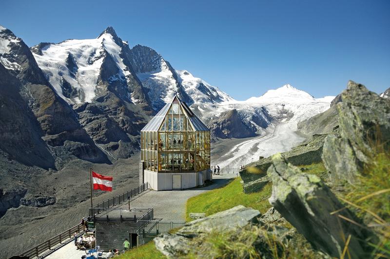 Wilhelm-Swarovski-Beobachtungswarte auf der Kaiser-Franz-Josefs-Höhe mit dem Großglockner