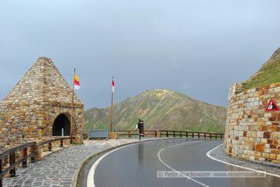 Auf Regen folgt wieder Sonnenschein: am Gedenkzeichen Fuscher Törl mit der Edelweißspitze im Hintergrund am 7. Juli 2011