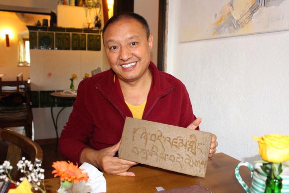 Der erste tibetische Friedensziegel für das Moosdorfer Friedensdenkmal (© Sandy Reindl)