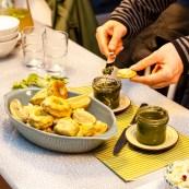 Herzhaftes Gierschpesto mit grünen Brötchen.