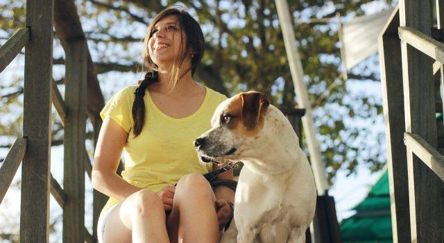 devojka čuva psa