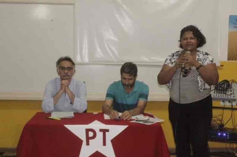 Sokol, Gustavo Passaneli sentados enquanto companheira toma a palava