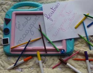 Dessiner ardoise magique feutres crayons de couleur craies grasses