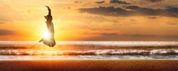 Saut de victoire sur la plage