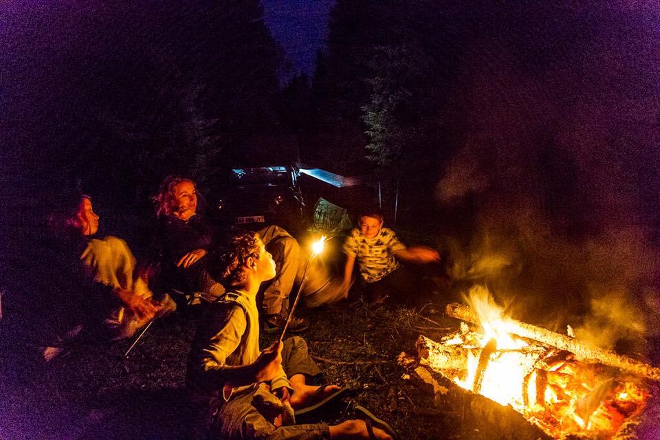 feu de camp d'un bivouac en famille