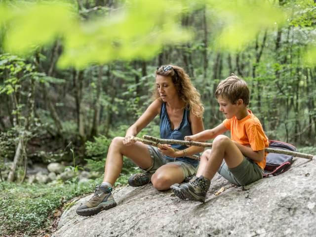 Apprendre à un enfant à se servir d'un couteau de poche